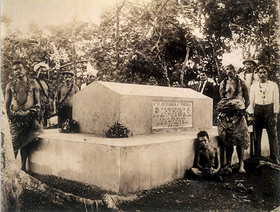 Robert_louis_stevensons_tomb_in_w_2