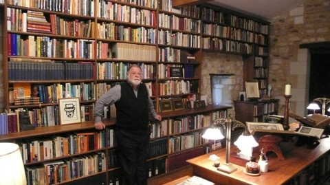 Alberto_manguel_in_his_library